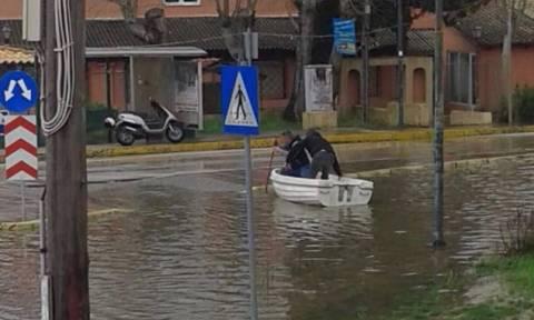 Νέα - Κέρκυρα: Όταν για να περάσεις το δρόμο χρειάζεσαι βάρκα (vid)