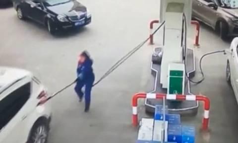 Κίνα: Απρόσεκτη οδηγός έφυγε μαζί με την αντλία της βενζίνης! (vid)
