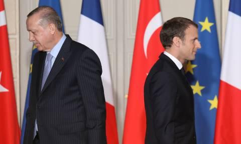 «Άγρια» κόντρα Γαλλίας-Τουρκίας έπειτα από τηλεφωνική συνομιλία Ερντογάν-Μακρόν