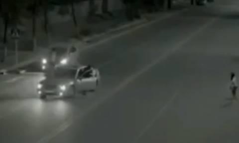 Ανατριχίλα: Κορίτσι περνάει το δρόμο και γλιτώνει τον τραυματισμό από… φάντασμα (video)