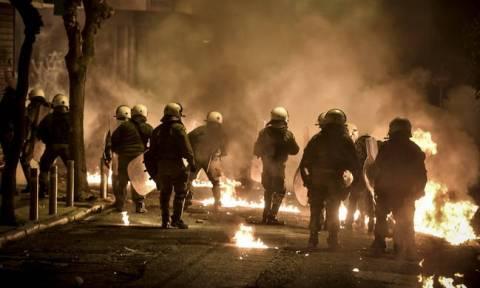 «Μάχες» στην Αθήνα με βόμβες μολότοφ, επιθέσεις με γκαζάκια και εμπρησμούς αυτοκινήτων