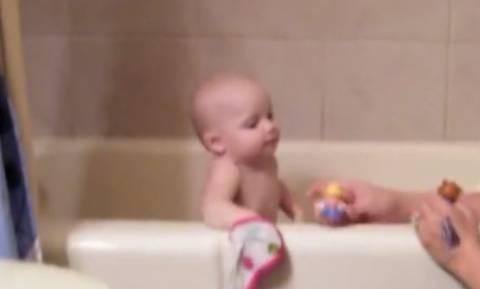 «Μυθικό» μωρό τραγουδάει στο μπάνιο και σαρώνει
