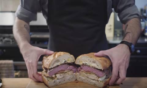 Δεν έχεις φάει ΠΟΤΕ στη ζωή σου πιο χορταστικό σάντουιτς! Δες τι έχει μέσα!