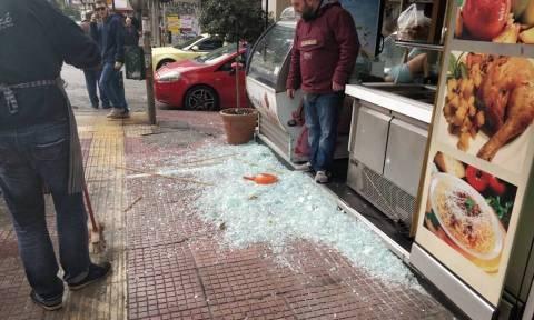 Επεισόδια στο κέντρο της Αθήνας - Έσπασαν καταστήματα και ΕΛ.ΤΑ. στην Πατησίων (pics)