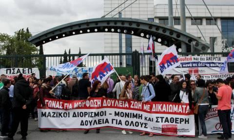 Επεισόδια στο συλλαλητήριο εκπαιδευτικών έξω από το υπουργείο Παιδείας