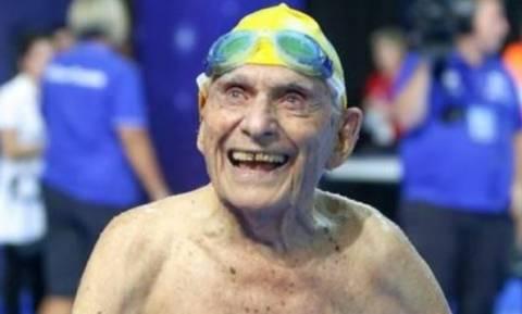 Το λέει η καρδιά του: Κολυμβητής ετών 99 έσπασε το παγκόσμιο ρεκόρ!