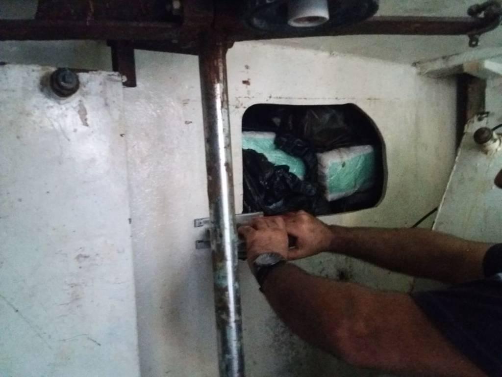 Θρίλερ με το «ένοχο φορτίο» αλιευτικού: Έκρυβαν 2 τόνους κάνναβης σε μορφή σοκολάτας (Pics)