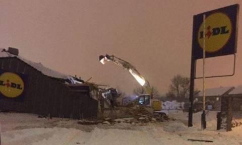 Βίντεο βγαλμένο από ταινία: Καρέ-καρέ η ληστεία σούπερ μάρκετ με εκσκαφέα εν μέσω χιονοθύελλας