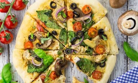 Συνταγή για νηστίσιμη πίτσα με χούμους και λαχανικά