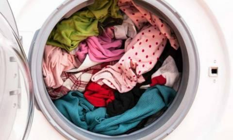 Ξεχάσατε τα ρούχα μέσα στο πλυντήριο; Δείτε τι πρέπει να κάνετε για να τα «σώσετε»