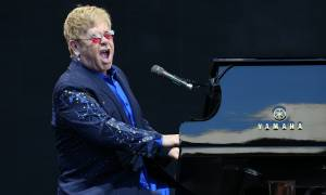 Σύξυλοι οι θεατές: «Το παραξηλώσατε» φώναξε ο Έλτον Τζον και άρχισε να τρέχει εκτός σκηνής (Vid)