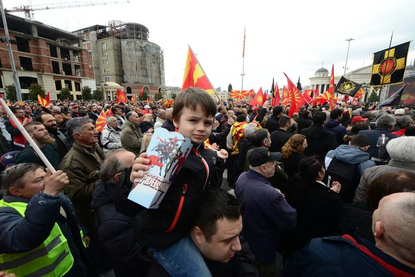 Εθνικιστικές διαδηλώσεις Σκοπιανών σε επτά χώρες - Έκαψαν ελληνικές σημαίες (Pics)