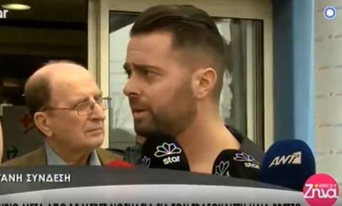 Ηλίας Βρεττός: «Λύγισε» κατά την έξοδό του από το νοσοκομείο (vid)