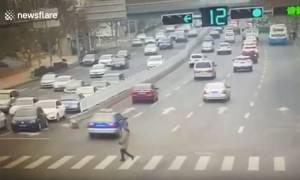 Βίντεο-Σοκ καταγράφει αυτοκίνητο να εκσφενδονίζει γυναίκα στο αέρα (ΠΡΟΣΟΧΗ! ΠΟΛΥ ΣΚΛΗΡΟ ΒΙΝΤΕΟ)