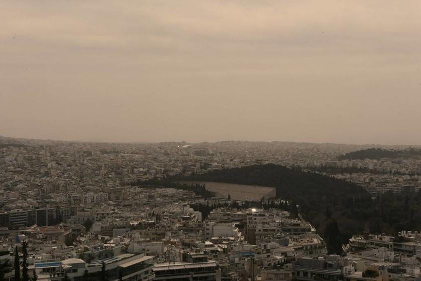 Καιρός: «Πνίγηκε» στη σκόνη η Αθήνα - Αποπνικτική η ατμόσφαιρα