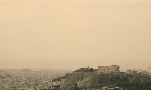 Καιρός: «Πνίγηκε» στη σκόνη η Αθήνα - Αποπνικτική η ατμόσφαιρα (pics)