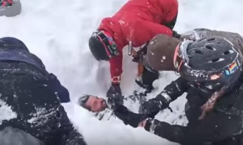 Συγκλονιστικές εικόνες: Τον ξέθαψαν ζωντανό κάτω από το χιόνι! (vid)