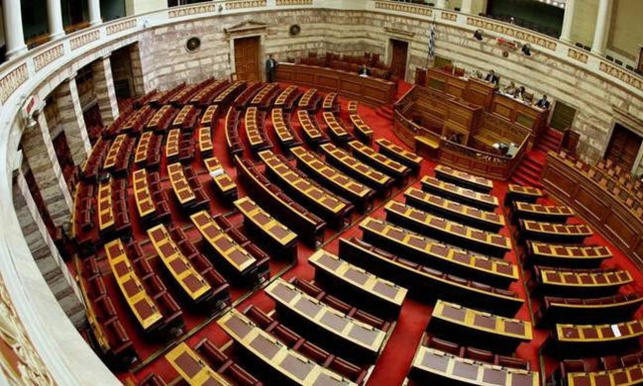 Ένταση στη Βουλή με τη Χρυσή Αυγή: «Να βγει έξω ο πράκτορας. Να αποχωρήσει ο Τούρκος!»