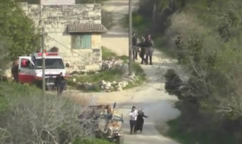 Βίντεο–Σοκ: Ισραηλινοί στρατιώτες πετούν χειροβομβίδα σε ζευγάρι Παλαιστινίων με μωρό στην αγκαλιά