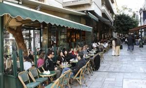 Δήμος Αθηναίων: Όριο στα τραπεζοκαθίσματα με μία «κίτρινη γραμμή»