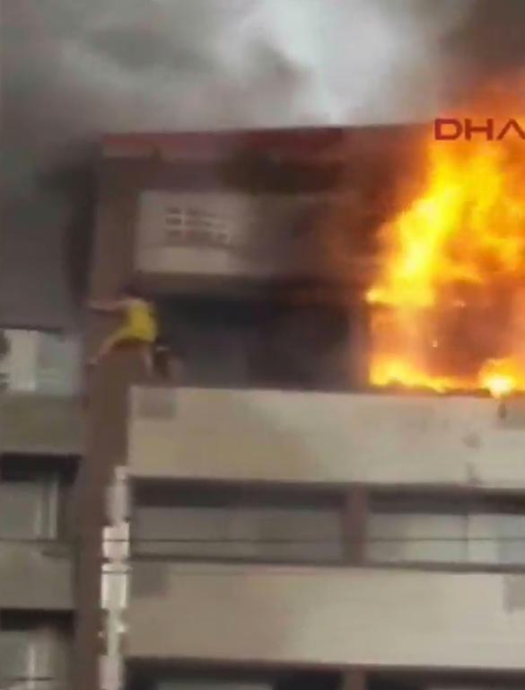 Βίντεο-ΣΟΚ: «Βουτιά» θανάτου από «κόλαση» φωτιάς στη Σμύρνη (ΠΡΟΣΟΧΗ! ΠΟΛΥ ΣΚΛΗΡΟ ΒΙΝΤΕΟ)