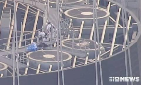 Βουτιά θανάτου: Γυναίκα έπεσε στο κενό από τα 274 μέτρα (pics)