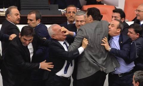 Απίστευτες εικόνες: Άγριο ξύλο στην τουρκική Βουλή – Δείτε την τουρκική «δημοκρατία» στην πράξη