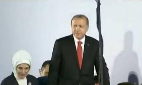 «Γκρίζος Λύκος» ο Ερντογάν: Ύψωσε το χέρι σχηματίζοντας το σήμα των εθνικιστών (vid)