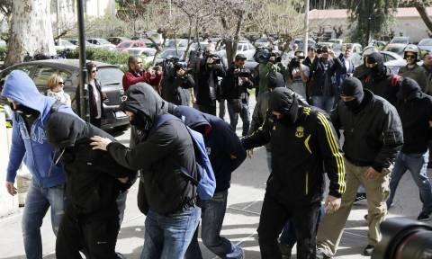 Βολές ΣΥΡΙΖΑ κατά Μητσοτάκη: Γνωρίζει τη σχέση μέλους της οργάνωσης Combat 18 με το κόμμα του;