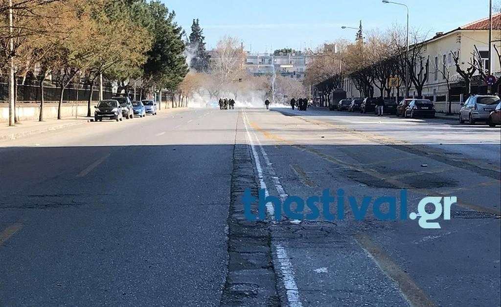 Μολότοφ και χημικά στη Θεσσαλονίκη: Επεισόδια στην πορεία οπαδών του ΠΑΟΚ (vids)