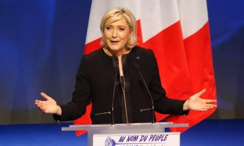 Γαλλία: Η Λεπέν μετονομάζει το «Εθνικό Μέτωπο» σε «Εθνικό Συναγερμό»