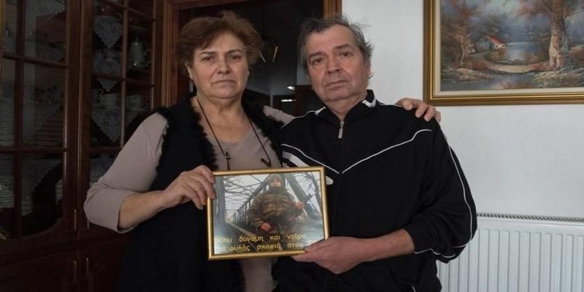 Οι γονείς του λοχία Κούκλατζη στο γερμανικό Spiegel: «Προσευχόμαστε για ένα θαύμα»