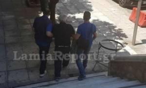 Τρόμος στη Λαμία: Δολοφόνησε τη γειτόνισσά του και κυκλοφορούσε με το μαχαίρι και τον καφέ στο χέρι