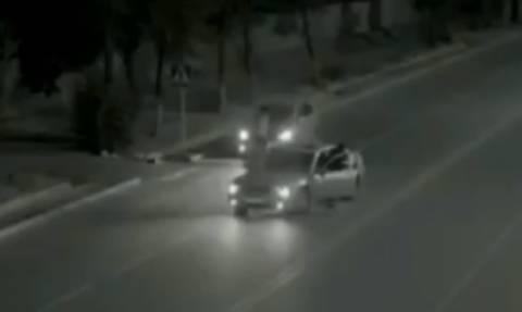 Βίντεο – σοκ: Κορίτσι περνάει το δρόμο και γλυτώνει τον… θάνατο από φάντασμα! (video)