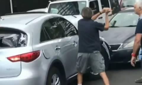 Οδηγός επιχείρησε να εγκαταλείψει τον τόπο του ατυχήματος - Του επιτέθηκαν με σφυρί (vid)