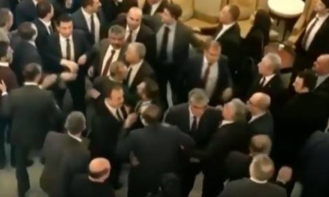 Άγριο ξύλο στην τουρκική Βουλή - Βουλευτές πιάστηκαν στα χέρια (vid)