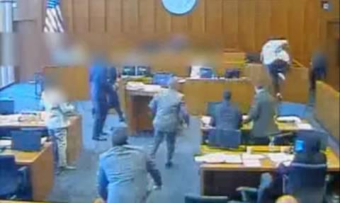 Σκηνές-Σοκ: Προσπάθησε να σκοτώσει μάρτυρα κατηγορίας με στυλό (ΠΡΟΣΟΧΗ! ΣΚΛΗΡΟ ΒΙΝΤΕΟ)