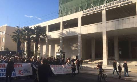 Μέλη της ΛΑΕ έξω από τη ΓΑΔΑ - Διαμαρτύρονται για τις συλλήψεις