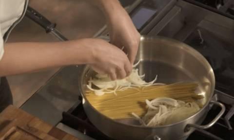 Βάζει τα μακαρόνια στην κατσαρόλα και προσθέτει κρεμμύδι – Το αποτέλεσμα εκπληκτικό! (vid)