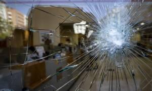 Κουκουλοφόροι προκάλεσαν ζημιές σε τράπεζες στην πλατεία Κάνιγγος (photos)