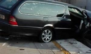 Φέρετρο με νεκρό έπεσε από νεκροφόρα στη μέση του δρόμου (Vid+Pics)