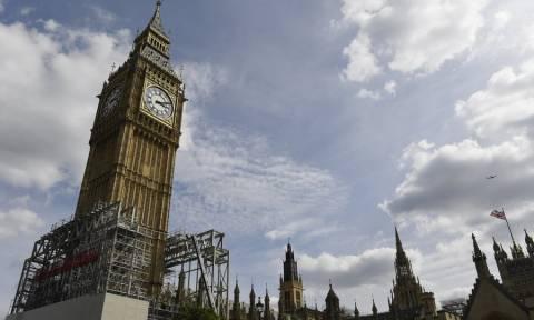 Νέα αναστάτωση στο βρετανικό κοινοβούλιο από «ύποπτο» πακέτο