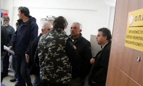 Θεσσαλονίκη: Κατάληψη των γραφείων του ΟΠΕΚΕΠΕ από αγρότες
