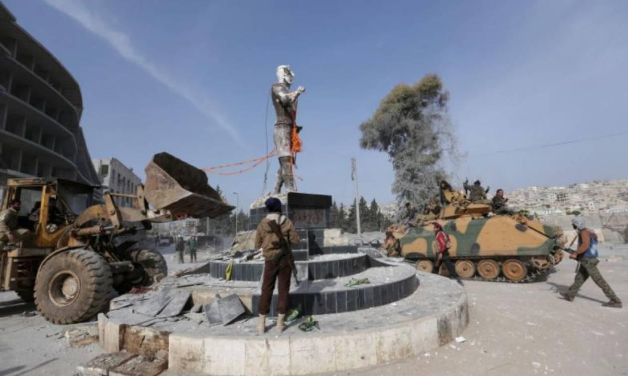Αφρίν: Άρχισαν τις βαρβαρότητες οι Τούρκοι – Κατεδάφισαν κουρδικό άγαλμα στο κέντρο της πόλης