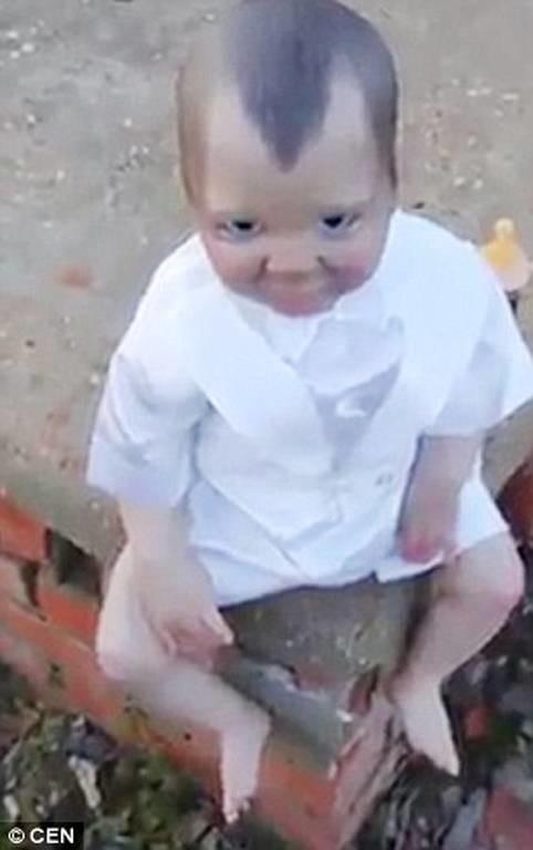 Ό,τι πιο τρομακτικό: Κούκλα - βαμπίρ κάθεται σε νεκροταφείο και σε κοιτάζει όπου πας (vid)