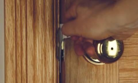 Κλειδώθηκε έξω απ' το σπίτι και με μια κίνηση άνοιξε την πόρτα. Το απόλυτο κόλπο... (Video)
