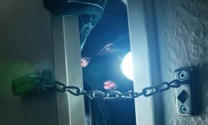 Απίστευτη ληστεία στον Τύρναβο: Έκλεψαν 75.000 ευρώ από την… κουζίνα σπιτιού