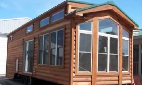 Κι όμως! Αυτό το μικροσκοπικό σπίτι είναι τεράστιο. Μόλις δείτε το εσωτερικό του θα τα χάσετε (vid)