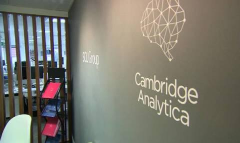 Ντόμινο εξελίξεων: Τέλος ο CEO της Cambridge Analytica – Θεριεύει το κίνημα «διαγράψτε το Facebook»