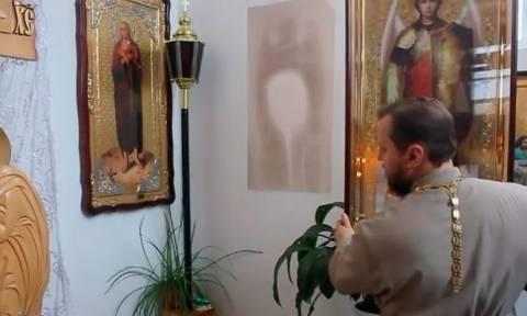 Θαυμαστό γεγονός! Εικόνες Αγίων σχηματίστηκαν στον τοίχο εκκλησίας